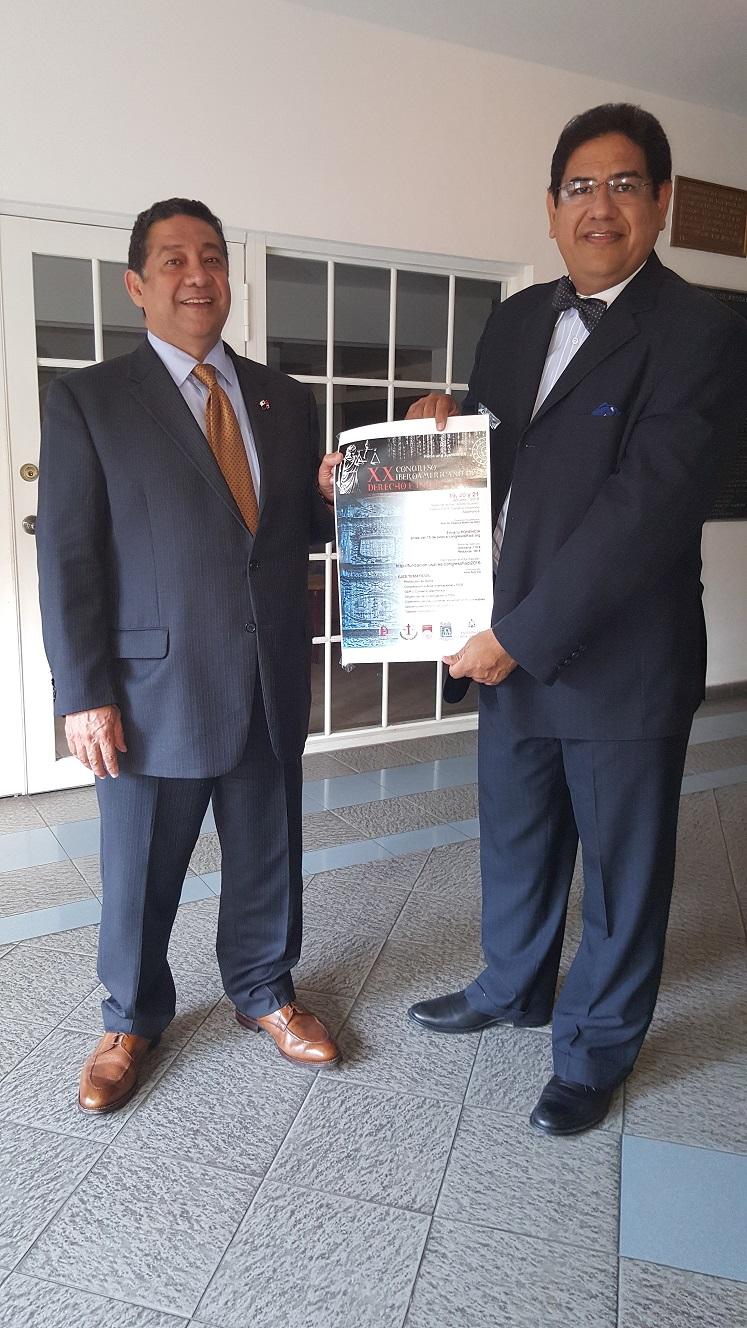 El doctor José Alberto Álvarez, Presidente del Colegio Nacional de Abogados de Panamá, recibió el afiche del XX Congreso FIADI de mano del doctor Augusto Ho